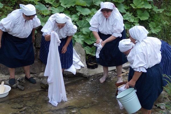 Žienky si so špinavou bielizňou vedeli poradiť. Nepotrebovali ani práčky.