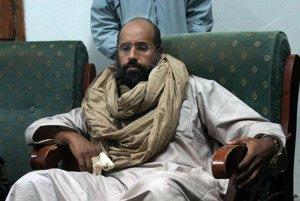 Na archívnej snímke z 19. novembra 2011 syn bývalého líbyjského diktátora Muammara Kaddáfího Sajf Islám Kaddáfí po jeho zadržaní povstalcami v Zintane.