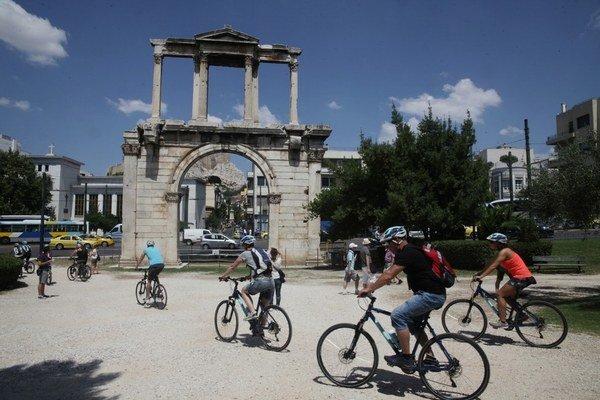 K peniazom z gréckych bankomatov sa zatiaľ turisti dostali. Napriek tomu by mali na dovolenku odchádzať s vyššou hotovosťou.
