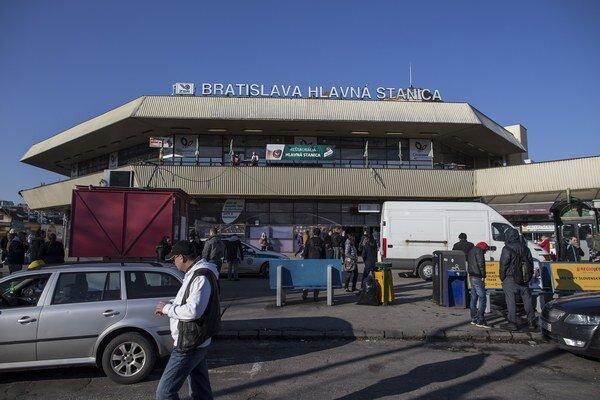 Priestor pred Hlavnou stanicou v Bratislave by mal byť vynovený do septembra.