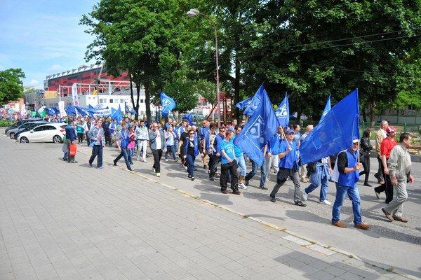 Pochod za lepšie pracovné podmienky zamestnancov automobilky PSA Peugeot Citröen v uliciach mesta Trnava v piatok 19. júna 2015.