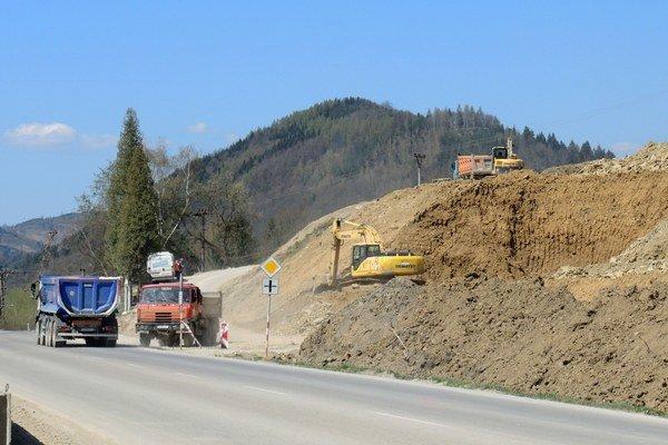 Neďaleko Žiliny intenzívne pokračuje výstavba diaľnice v úseku Žilina-Strážov a Brodno.