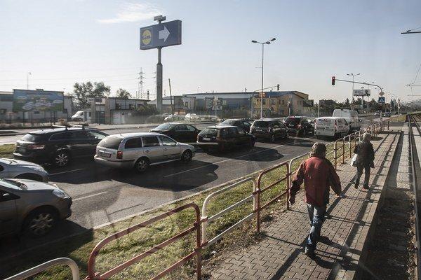 Ranná dopravná zápcha v Rači.