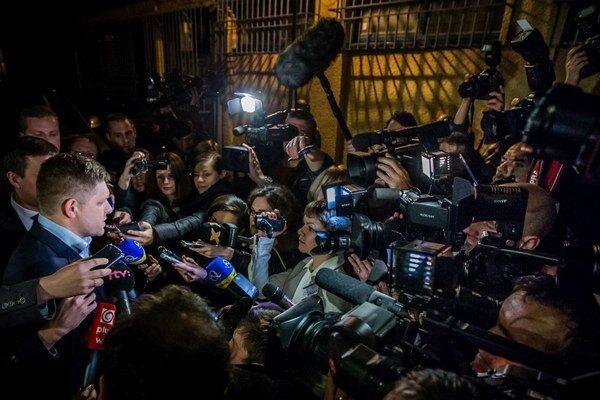 Robert Fico a novinári (ilustračné foto).