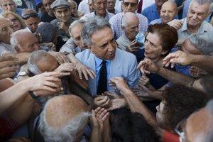 Tisíce dôchodcov čakali pred bankami v Aténach aj po celom Grécku, aby si mohli vybrať peniaze. Vláda tak urobila ústretový krok pre tých, ktorí nepoužívajú kreditné karty, a zostali tak úplne odrezaní od svojho účtu. Grécke banky sú inak po rozhodnutí vlády od pondelka zatvorené.