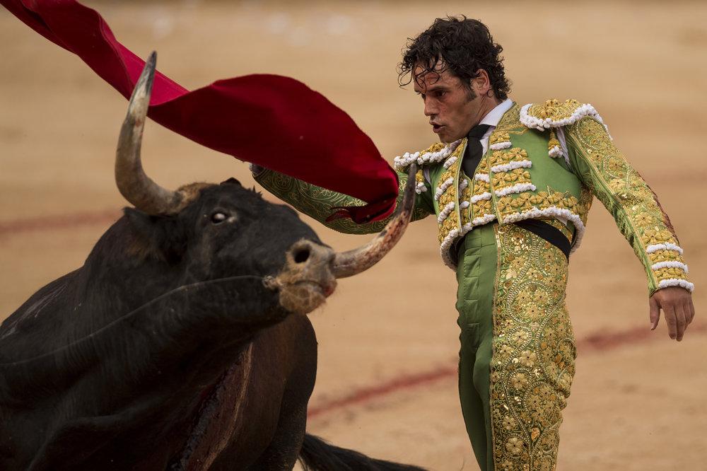 Toreador Miguel Abellan vystupuje počas býčieho zápasu v rámci festivalu San Fermín.
