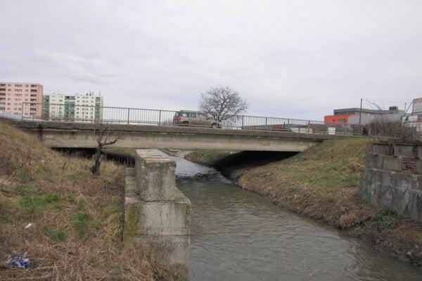 Most na Mikovíniho ulici.