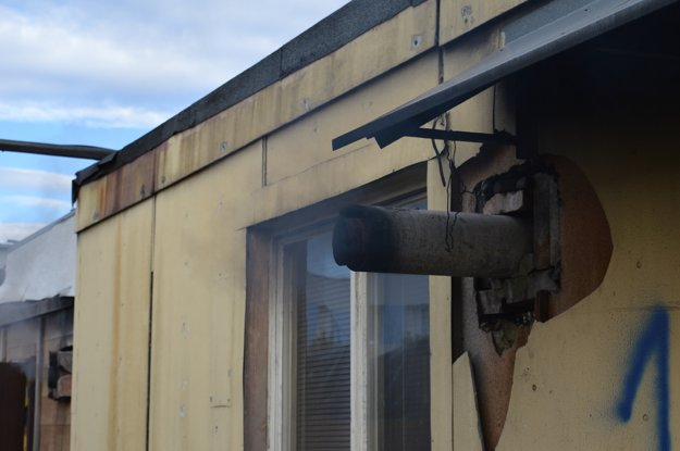 Azbest, vývody dymu od pecí a čísla na bunkách vzbudzujú dojem, že ste v pracovnom tábore pre trestancov a nie pri mestských nájomných bytoch.