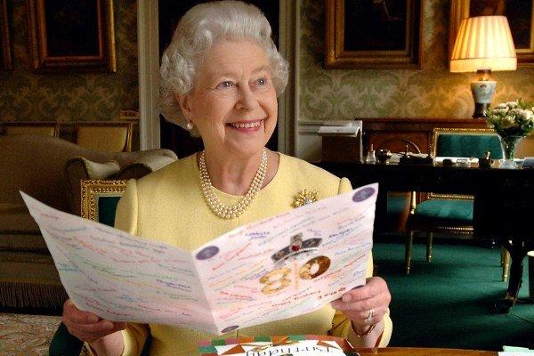 Kráľovná v Buckinghamskom paláci v roku 2006 počas osláv jej 80. narodenín
