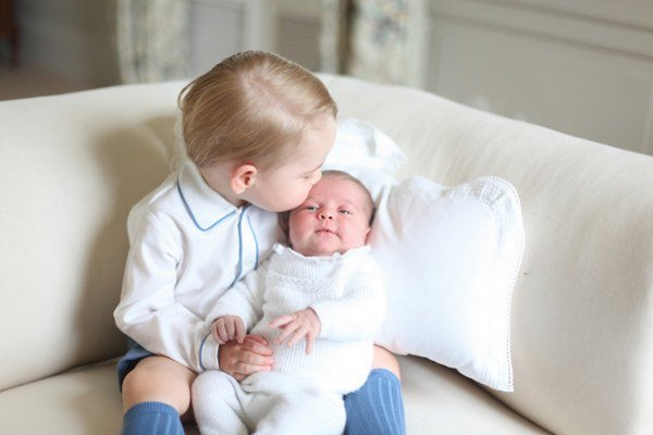 Princ George so sestrou Charlotte