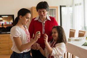 Okrem varenia sa tentokrát aj tvorilo. Sestry Valeria a Isabela Hadjiyskové, žiačky Bulharskej základnej a strednej školy v Bratislave zdobili veľkonočné vajíčka.