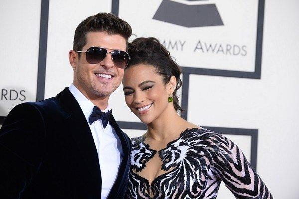 Spevák Robin Thicke s ex-manželkou na červenom koberci počas 56. ročníka odovzdávania Gammy Awards v Los Angeles.