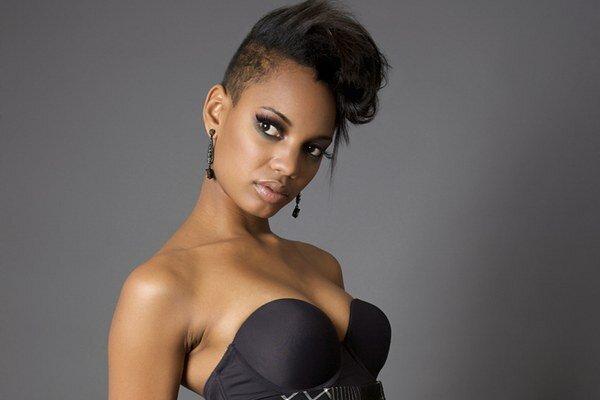 Etzia je švédska dancehall lady. Narodila sa v New Yorku, korene má z Panamy a Trinidadu. Jej silný a očarujúci hlas je hlasom rôznych urbánnych kultúr a vplyvov, ale na prvom mieste je u nej samozrejme karibská hudba.