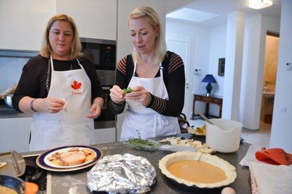 Variabilita kanadskej kuchyne je úzko spätá s rôznorodosťou ľudí, ktorí žijú v tejto krajine. Tradičné kanadské recepty pripravila chargé d'affaires na Slovensku Kathy Bunka (vpravo).