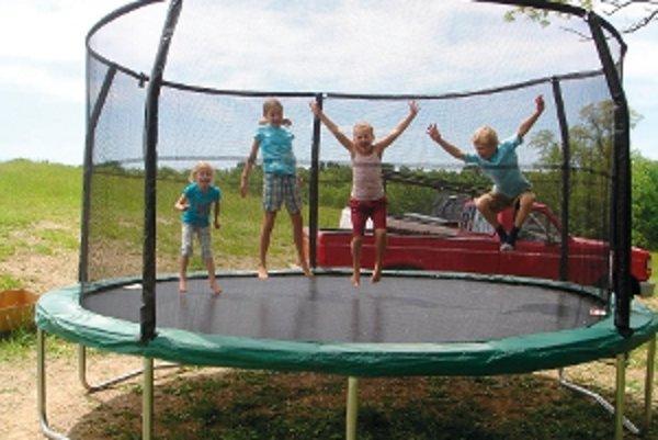 Rodiny s viacerými deťmi ocenia trampolíny s rozmermi nad štyri metre. Cena je v rozmedzí 300 až 500 eur a skákať na nej môžu, samozrejme, aj dospelí.