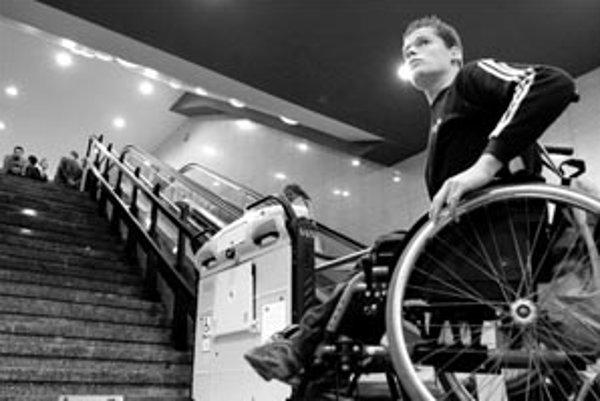Na skúškach majú zdravotne postihnutí študenti nárok na predĺžený čas na vyhotovenie písomných testov. Týka sa to však len niektorých zdravotných postihnutí. Zadania musia byť v prístupnej, ak treba v alternatívnej forme. Ak potrebujú asistenta, môžu byť