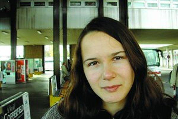 Ivana Dobrakovová sa narodila 17. 4. 1982 v Bratislave, žije v Turíne. Vyštudovala prekladateľstvo a tlmočníctvo, anglický  a francúzsky jazyk na Filozofickej fakulte UK. Pracuje ako prekladateľka na voľnej nohe, preklady poviedok publikovala v Revue svet