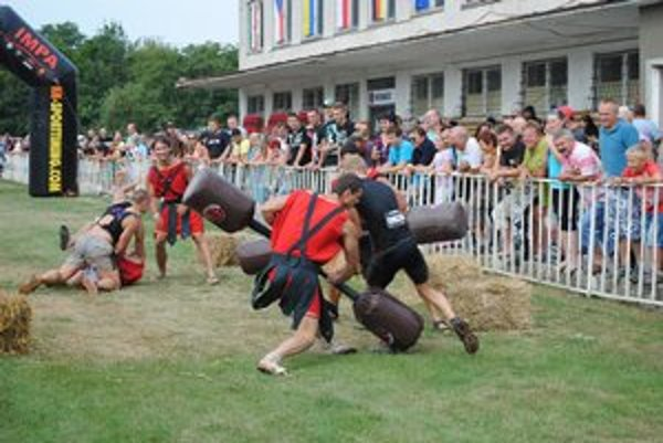 SpartanRace. Bežci museli zdolať i týchto bojovníkov.