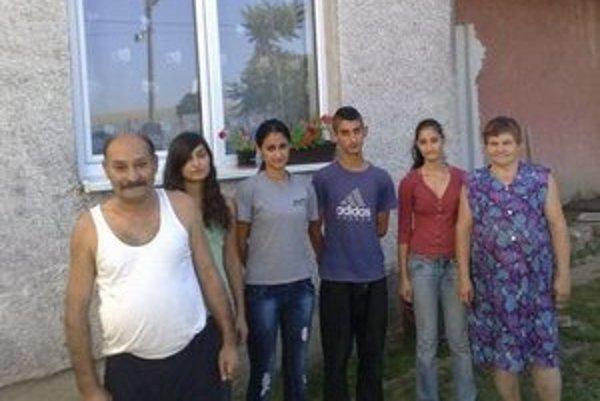 O štyri deti Čonkovcov sa starajú starí rodičia v Brekove pri Humennom.