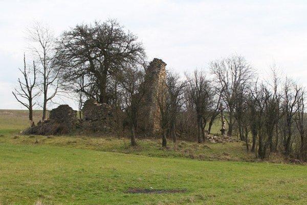 Kostol v Prosačove. Pohľad na ruiny zo severozápadu.