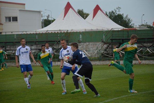 Rozhodujúci moment zápasu. Brankár V. Holienčin (s loptou) zneškodnil penaltu.