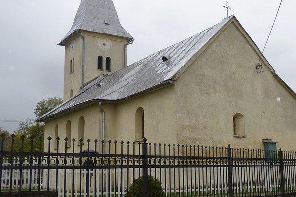 Celkový pohľad. Je uprostred obce Medzianky.