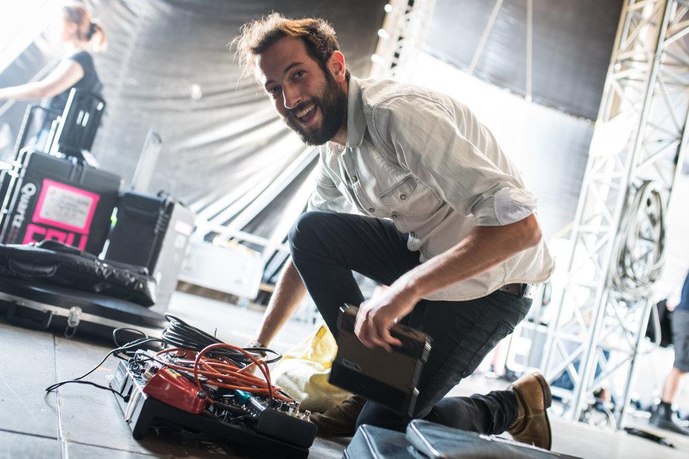 Gitarista a druhý spevák Gil Landau si rozkladá svoju techniku.