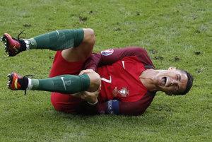 Cristiano Ronaldo sa po zákroku zvíjal v bolestiach.