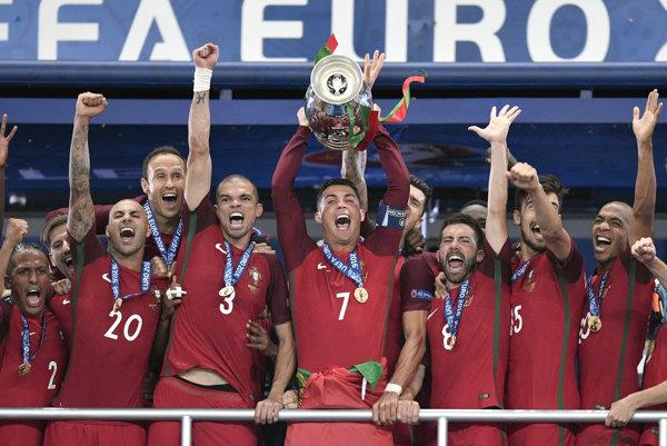 Kapitán Cristiano Ronaldo dvíha nad hlavu majstrovskú trofej.