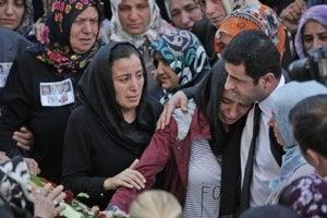 Líder prokurdskej  strany HDP utešoval pozostalých po obetiach.