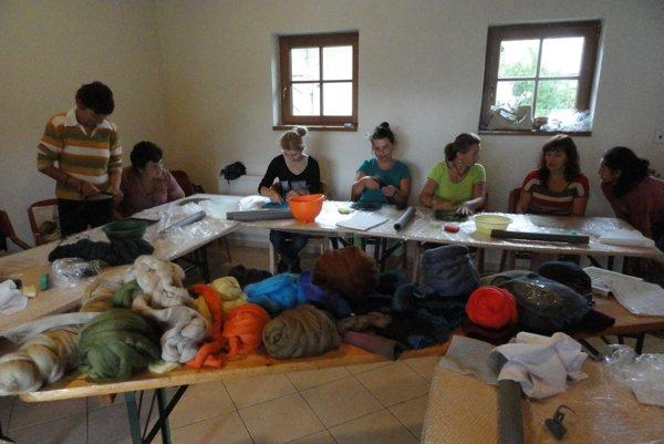 Fotografia z kurzu spracovania vlny, účastníci formou plstenia robili klobúky, papuče, kabelky a rôzne ozdoby.