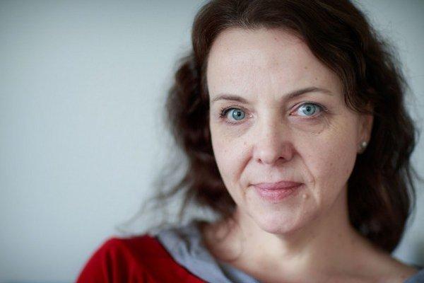 Beata Balogová (1970) Pochádza z Lučenca. Vyštudovala žurnalistiku na FFUK v Bratislave, v roku 1994 získala Fulbrightovo štipendium v rámci ktorého študovala na University of Missouri Columbia.Pracovala pre TASR a SITA. V roku 2003 sa stala šéfredaktor