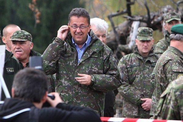 Minister Martin Glváč tvrdí, že sa výzbroj slovenských vojakov musí prispôsobiť českým kolegom.