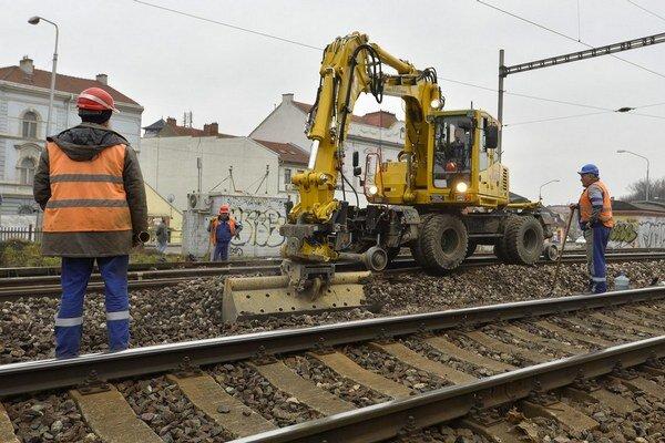 Modernizáciu trate medzi Zlatovcami a Trenčianskou Teplou musí odobriť Európska komisia.
