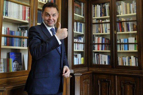 Minister financií Peter Kažimír má dôvod na úsmev.