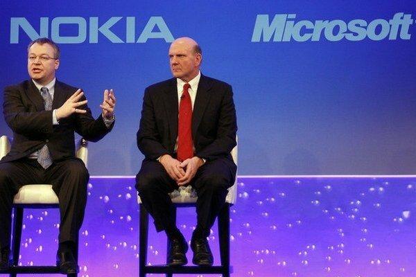 Šéf Nokie Stephen Elop a šéf Microsoftu Steve Ballmer pri oznamovaní partnerskej dohody v roku 2011.