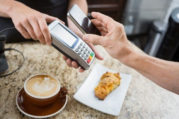 Bezkontaktné platby mobilom môže ponúknuť viac bánk.