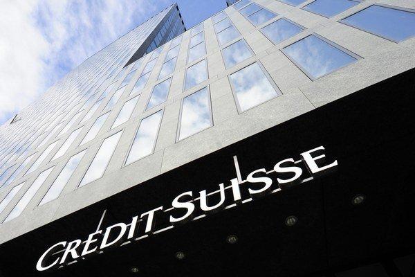 Logo nad vchodom do budovy druhej najväčšej švajčiarskej banky Credit Suisse v Zürichu.