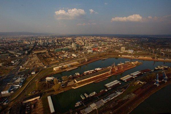 Firma Slovenská plavba a prístavy sa venuje aj prekládke tovarov či ich doprave po vode. FOTO – ARCHÍV SITA
