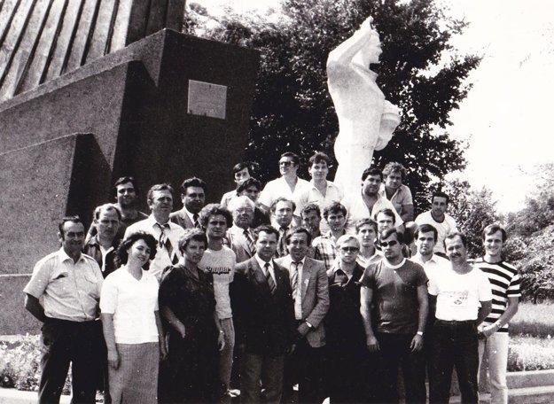 Hokejisti Plastiky na zájazde vZSSR pri soche Gagarina v roku 1983.