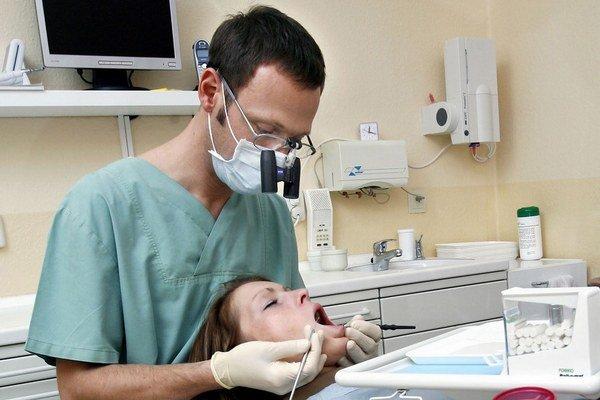 Aj pre zubára môže byť stresujúce otvoriť ústa.