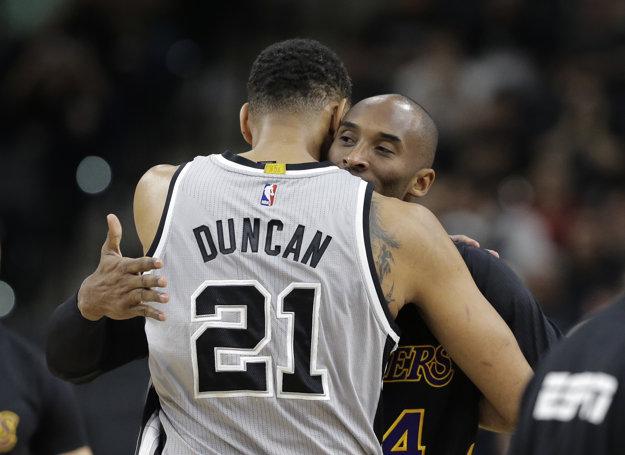 Tim Duncan sa objíma s ďalšou legendou - Kobem Bryantom. Ani jeden z nich už v kariére nepokračuje.