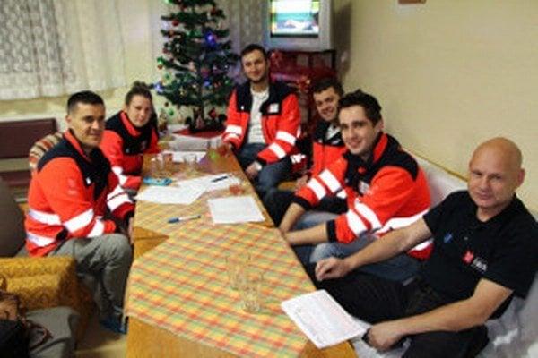 Skupinka záchranárov čakajúca na odber krvi.