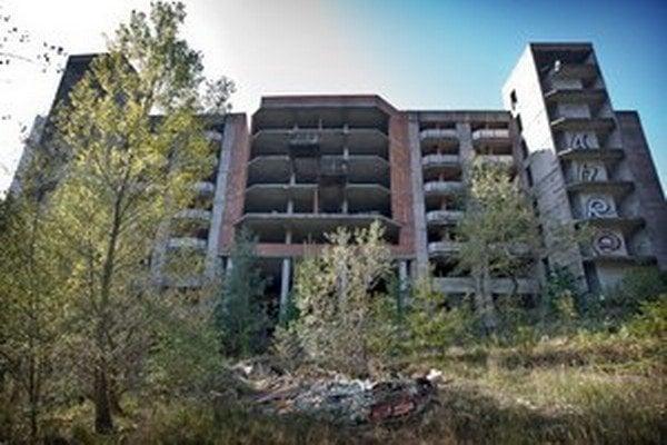Rozostavanú nemocnicu Rázsochy už zrejme nedokončia. Ministerka zdravotníctva Zuzana Zvolenská je za výstavbu novej nemocnice.  Štát môže zmodernizovať aj niektorú z budov, ktoré patria pod Univerzitnú nemocnicu v Bratislave.