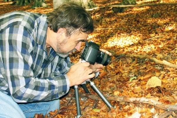 Ladislav Hagara pri fotografovaní húb.