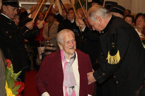 Storočnicu oslávila teta Žofka aj na Mestskom úrade v Handlovej.