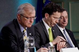 Eurokomisár pre menové záležitosti Olli Rehn, v strede šéf Euroskupiny Jeroen Dijsselbloem a prezident Európskej centrálnej banky Mario Draghi.