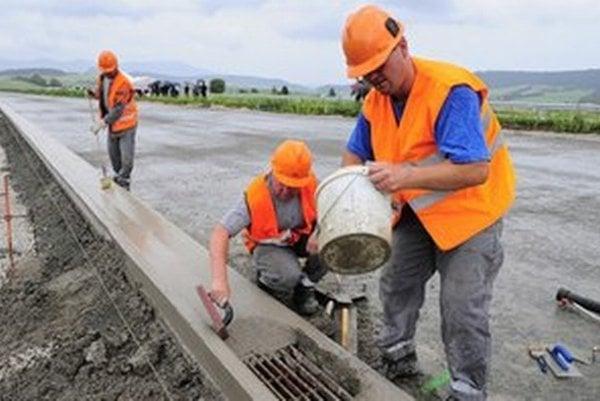 Stavbári stále nemôžu očakávať lepšie časy. Výnimkou sú veľké firmy v dlhšom časovom horizonte.