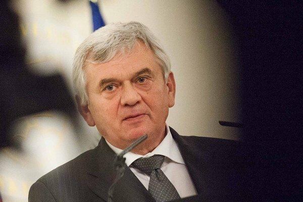 Minister pôdohospodárstva Ľubomír Jahnátek nepozná vlastné zákony.