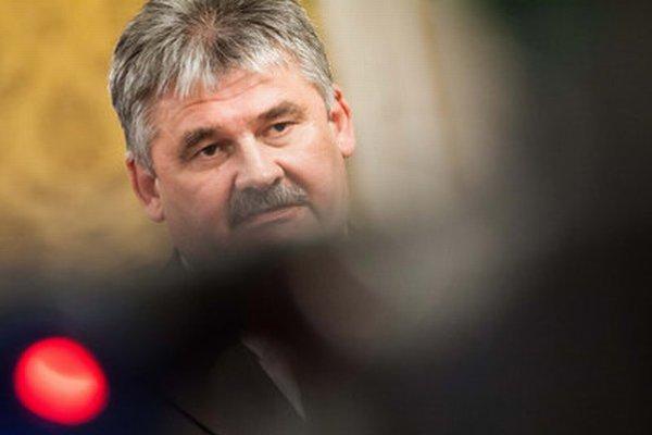 Minister práce Ján Richter môže byť spokojný, poslanci jeho novelu Zákonníka práce schválili.